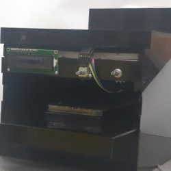 Automatically adjustable light energy wave projection device for trays